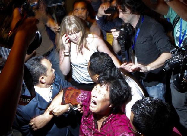 Mãe de desaparecido no voo da Malásia é retirada de sala de reuniões (Foto: Reuters)