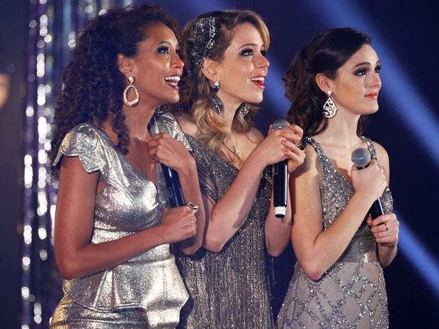 Empreguetes se emocionam com famosos pedindo a volta do trio (Foto: Cheias de Charme / TV Globo)