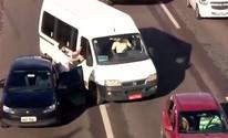 Motorista avança carro contra homem (Reprodução/TV Bahia)