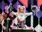 Britney Spears ganha bolo de aniversário durante show nos EUA