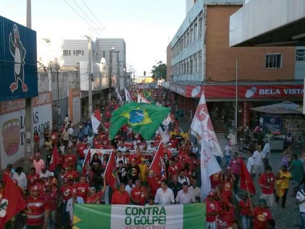 Aracaju (SE): Manifestantes fazem caminhada pelas ruas do Centro da cidade  (Foto: Flávio Antunes/G1)