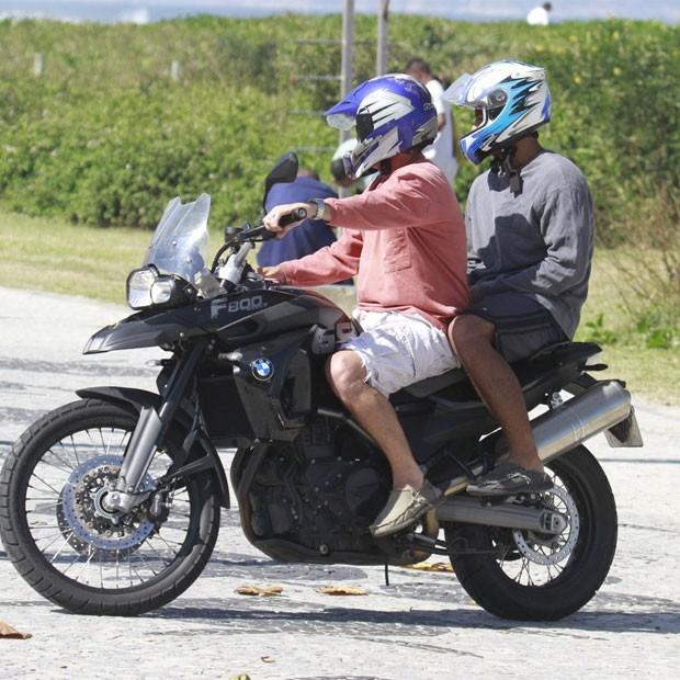 Marcello e Diogo vão embora de moto (Foto: Dilson Silva/AgNews)