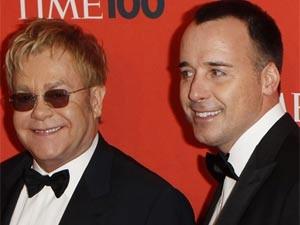 O cantor Elton John junto com seu companheiro David Furnish na cerimônia da 'Time' (Foto: Lucas Jackson/Reuters)