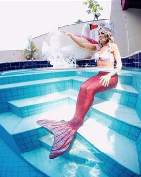 Carol Narizinho de sereia na beira da piscina (Foto: Reprodução / Instagram)