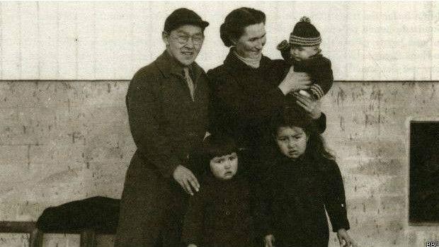 Helene Thiesen (abaixo, à esquerda), com seus pais e irmãos na Groenlândia  (Foto: BBC)