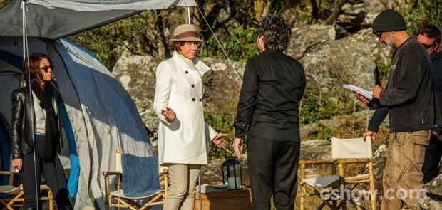 Diretor de núcleo Rogério Gomes comanda cena em que as atrizes vestem a última tendência para o frio (Foto: Alex Carvalho/TV Globo)