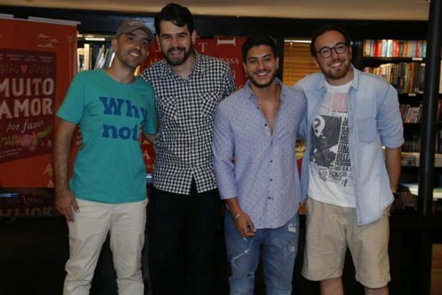 Arthur Aguiar com os outros autores do livro Mais Amor Por Favor (Foto: Anderson Borde / Agnews)