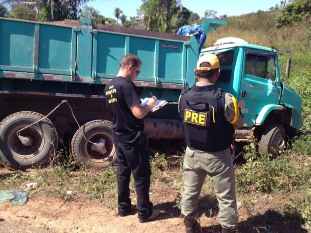 A colisão envolveu um veículo modelo Saveiro e um caminhão caçamba, no povoado Bom Jardim Nazária Piauí (Foto: Gil Oliveira/G1 Piauí)