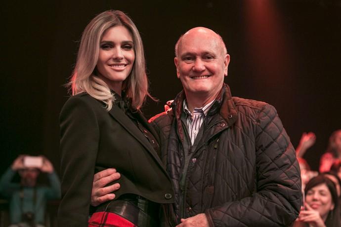Fernanda Lima recebe carinho do pai nos bastidores! (Foto: Isabella Pinheiro / Gshow)