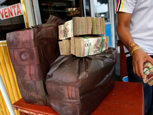 Alguns venezuelanos não têm outra opção além de andar pelas ruas com uma grande quantia em dinheiro (Foto: Reuters/Carlos Garcia Rawlins)