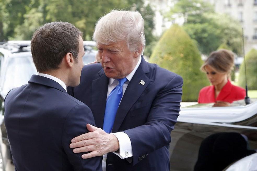 Presidente americano, Donald Trump, cumprimenta colega francês, Emmanuel Macron, em Paris, nesta quinta-feira (13)  (Foto: Michel Euler / AFP)