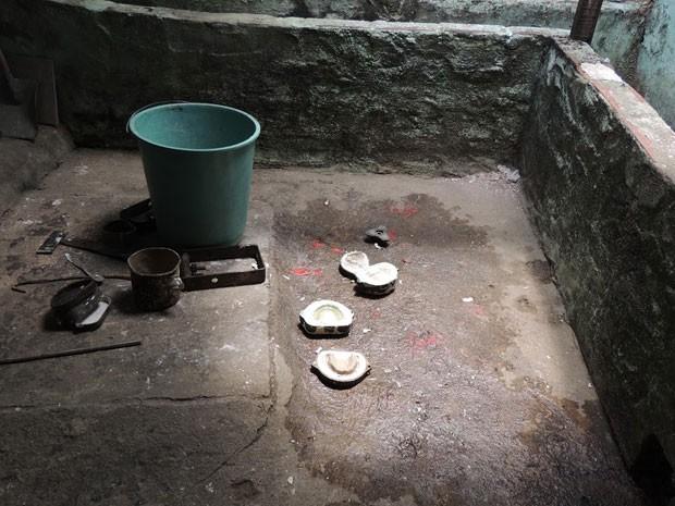 Próteses dentárias foram achadas no chão, próximas ao esgoto (Foto: Divulgação/CRO-PE)