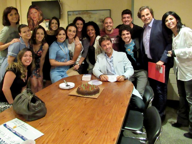 Atriz posa com elenco e equipe de produção da novela (Foto: Rodrigo Brisolla/Gshow)
