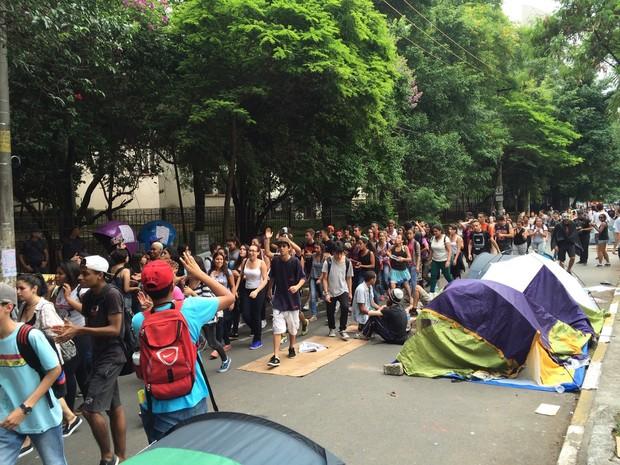 Alunos de outra escola chegam para dar apoio à ocupação na Fernão Dias (Foto: Will Soares/ G1)