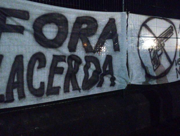 Torcida do Comercial protesta contra presidente Nelson Lacerda