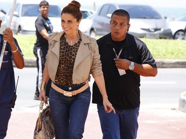 Giovanna Antonelli se protege do calorão que faz hoje na cidade (Foto: Salve Jorge/TV Globo)