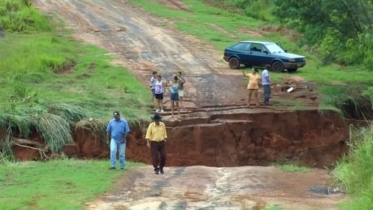 Moradores de bairro rural ficam ilhados após ponte cair devido à chuva em Guararapes