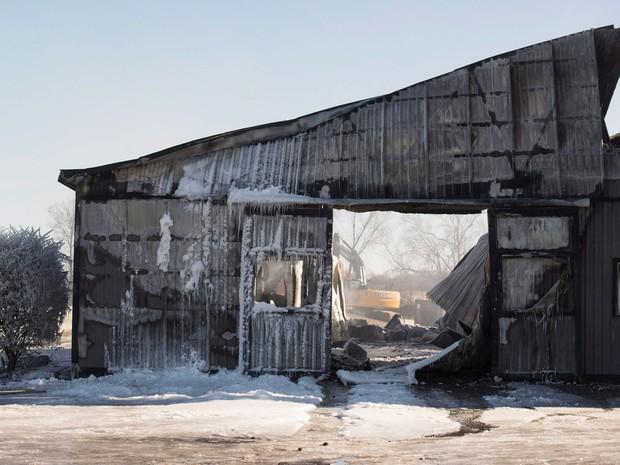 Estábulo destruído por incêndio é preparado para ser demolido na terça (5), no Centro de Treinamento Classy Lane, em Puslinch, no Canadá  (Foto: Hannah Yoon/The Canadian Press via AP)
