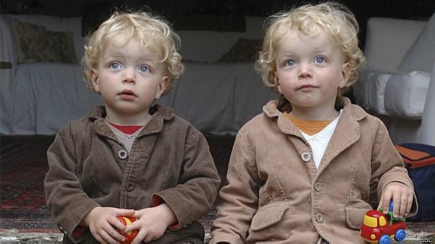 Mesmo gêmeos idênticos podem ser diferenciados (Foto: BBC)
