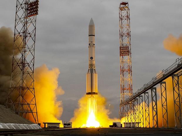 Foguete Proton-M decola no Cazaquistão carregando a sonda espacial ExoMars 2016 para Marte (Foto: Shamil Zhumatov/Reuters)