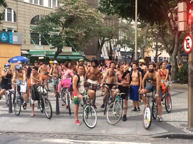Os ciclistas se preparam para sair na Pedalada Pelada (Foto: Cristina Boeckel/G1)