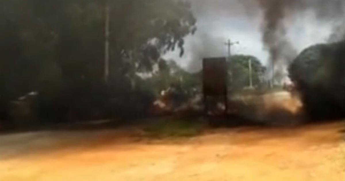 Moradores protestam e queimam pneus contra falta d'água em Iperó - Globo.com