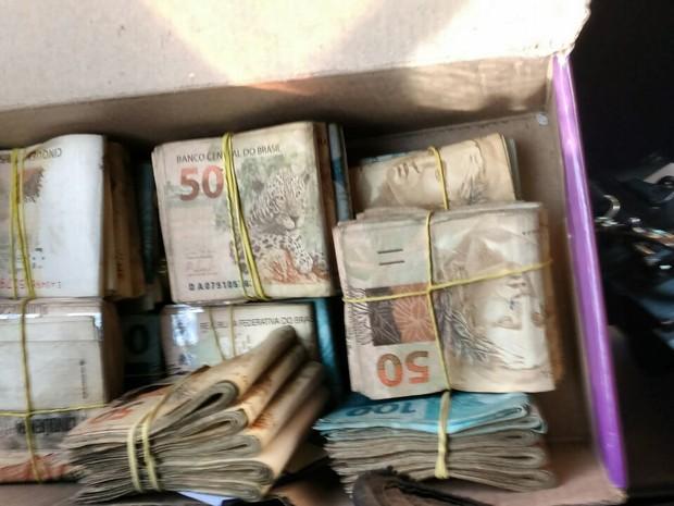 Dinheiro foi apreendido com um dos suspeitos (Foto: Divulgação/MP)