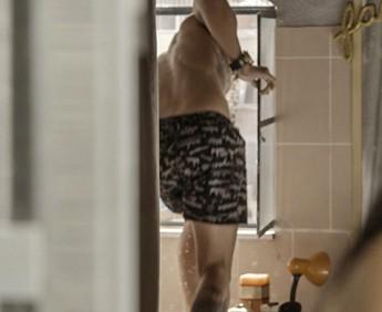 Merlô tenta fugir pela janela; será que vai dar tempo? (Foto: TV Globo)