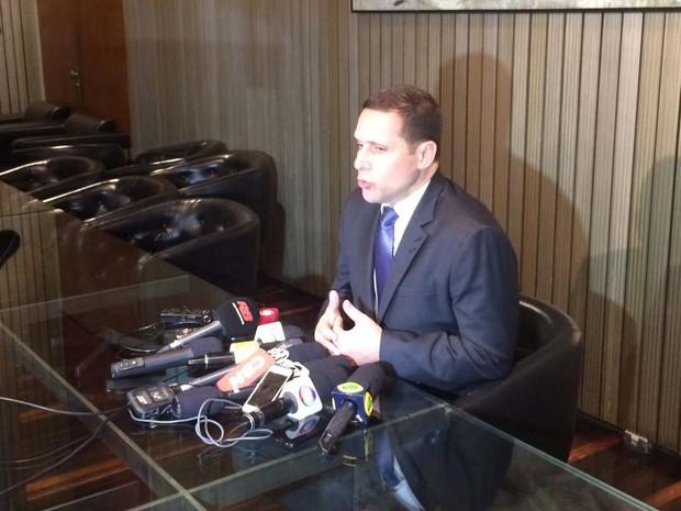 Capez conversou com a imprensa após reunião com alunos (Foto: Lívia Machado/G1)