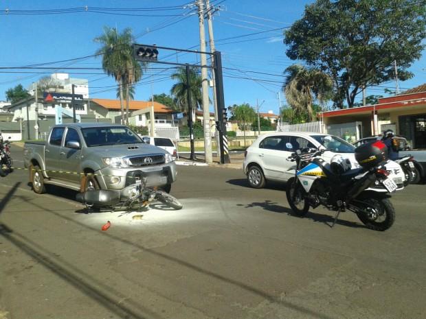 Motociclista fraturou clavícula (Foto: Osvaldo Nóbrega/ TV Morena)