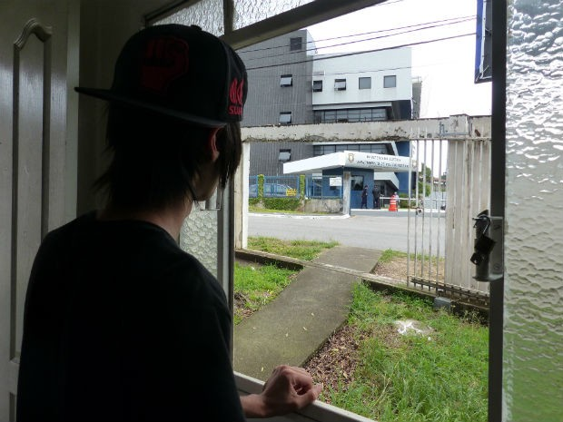 Lucas corre para a janela ao perceber a movimentação na PF  (Foto: Adriana Justi / G1)