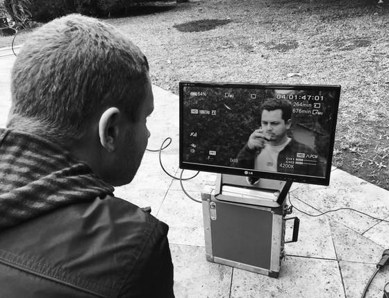 O diretor acompanha de perto uma das sequências do filme (Foto: Divulgação)