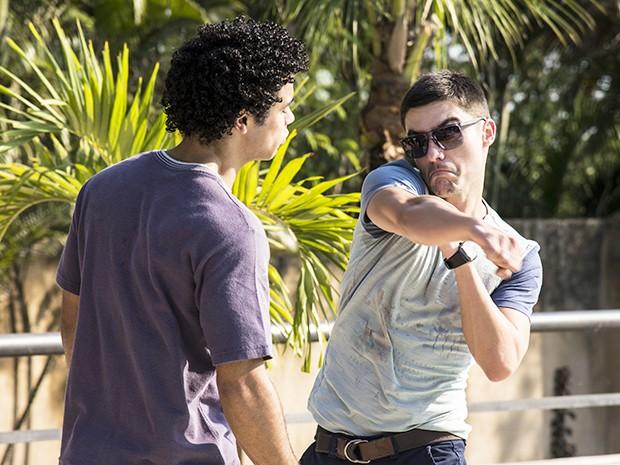 Gustavo dá um soco na cara de Emerson (Foto: Raphael Dias/Gshow)