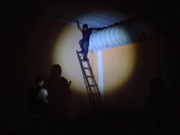 Ladrão foi preso após descer do telhado por uma escada colocada pela Polícia Militar em Poços de Caldas (Foto: Marcos Corrêa)