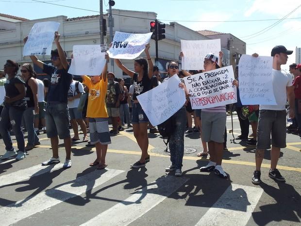 Grupo paralisou ruas do Centro de Piracicaba neste sábado durante ato contra aumento da tarifa (Foto: Fernanda Zanetti/G1)
