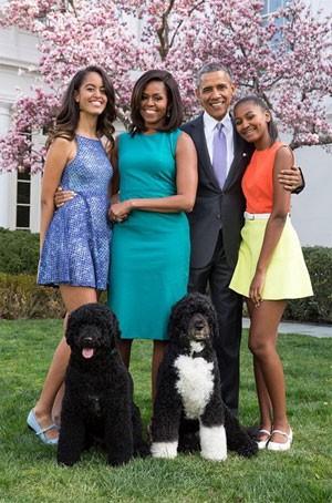 Em foto oficial para Páscoa, Obama posa ao lado de sua esposa Michelle, as filhas Malia (esquerda) e Sasha (direita) (Foto: Reprodução/Instagram/White House)