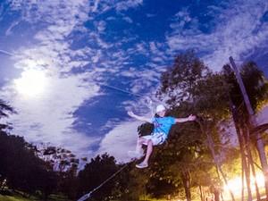 Atividades incluem diversas práticas como o arvorismo noturno (Foto: Alaya/Divulgação)
