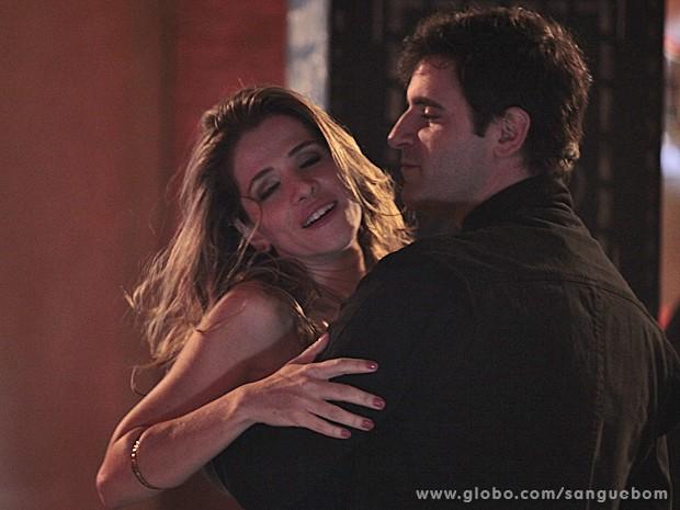 Tina mostra que é doida por ele e se entrega a paixão (Foto: Sangue Bom/TV Globo)