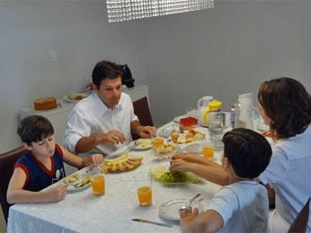 Geraldo recebeu jornalista no café da manhã (Foto: Katherine Coutinho/G1)