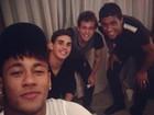 Neymar curte noite com companheiros de seleção