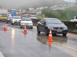 Veículos enfrentam congestionamento no km 191 da via Dutra, na altura de Santa Isabel (SP). A queda de uma barreira provocou interdição do trecho no início da madrugada desta sexta-feira (11) (Foto: Nilton Cardin/Estadão Conteúdo)