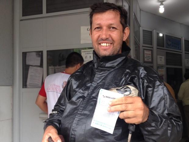 Caminhoneiro Said Ferreira Paim, de 37 anos, quer terminar de construir casa goiânia Goiás (Foto: Vanessa Martins/G1)