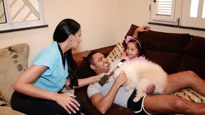E também tem a cachorrinha Belinha, que faz a alegria da casa. (Foto: Produção / Se Liga VM)
