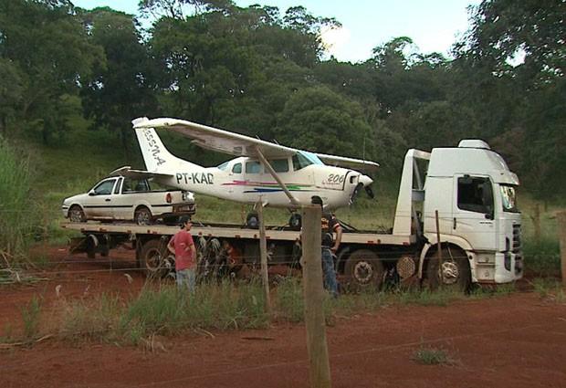 Aeronave e saveiro são retiradas de canavial por caminhão (Foto: Valdinei Malaguti/EPTV)