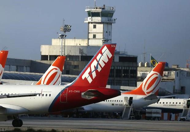 Aviões da Gol e da TAM são vistos na área de desembarque do aeroporto Santos Dumont, no Rio de Janeiro (Foto: Pilar Olivares/Reuters)