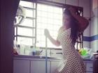 Priscila Pires faz limpeza de vestidinho e reclama das tarefas domésticas