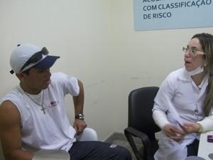Marcos foi orientado no hospital a procurar atendimento em outro lugar (Foto: Rafael Melo/G1)