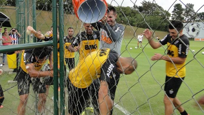 Diego Tardelli Atlético-MG festejam aniversário   (Foto: Fernando Martins)