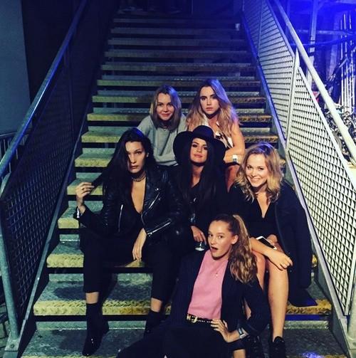 Bella Hadid e Selena Gomez posam juntas com mais amigas fashionistas (Foto: Reprodução)