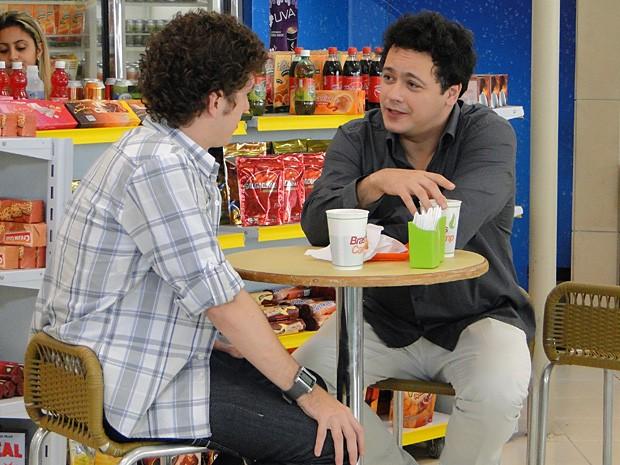 Fabiano e Gabriel conversam (Foto: Malhação / TV Globo)